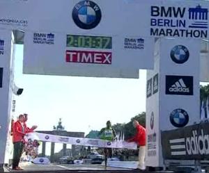 Patrick Makau Sets World Record at 2011 Berlin Marathon - Finish Line